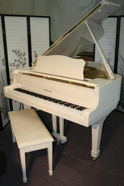 (SOLD)Yamaha G1 Baby Grand Piano White Gloss 1993 5'3 Showroom Condition
