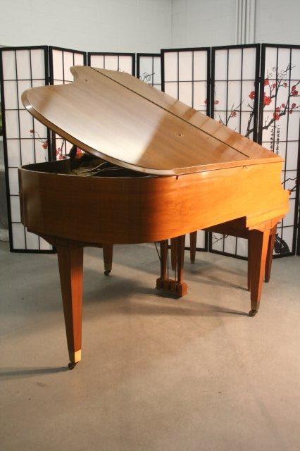 (SOLD)Wurlitzer Baby Grand Piano Beautiful Walnut, Mint