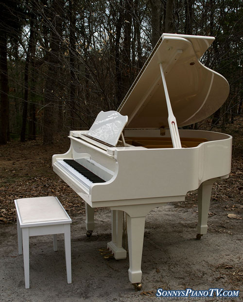 (SOLD)White Gloss Baby Grand Young Chang