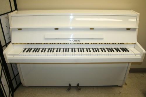 White Gloss Console Piano Hyundai By Samick 1990 Like New (SOLD Congratulations Diana)