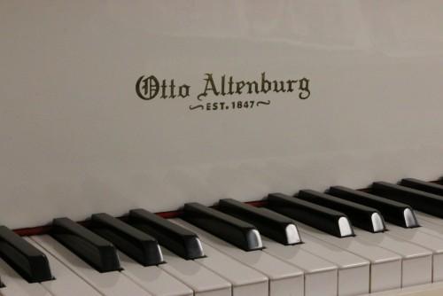 SOLD White Gloss Otto Altenburg 4'8